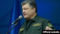 Ukrajinski predsednik Petro Porošenko govori tokom posete Marijupolju