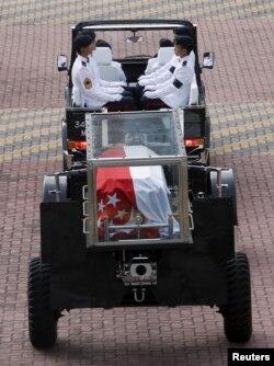 Thi hài cố Thủ tướng Lý Quang Diệu trong hòm kính được chuyển trên một chiếc xe khẩu pháo từ tư dinh của ông trên trụ sở Quốc hội.