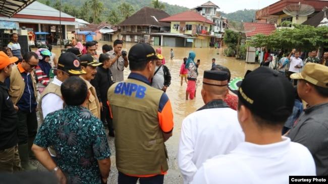 Kepala BNPB Letjen TNI Doni Monardo meninjau korban bencana banjir di Solok Selatan, Sumatera Barat, 14 Desember 2019.(Foto: BNPB).