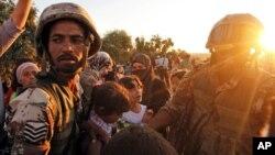 Pengungsi Suriah menerima bantuan makanan dari militer Yordania di kota Ramtha. (Foto: Dok)
