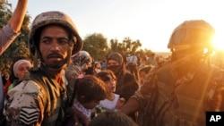 Jordanski vojnici dele hranu sirijskim izbeglicama koje su došle iz sirijskog grada Tal Šehaba