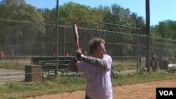 Janet Weeks, 75 tahun, bermain softball secara teratur di lapangan ini di luar Washington, DC, bersama anggota-anggota lain The Golden Girls, kelompok olah raga softball untuk perempuan lanjut usia.