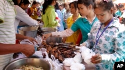 Cambodian garment workers buy some cheap food for their lunch in front of the factory in downtown Phnom Penh, file photo.