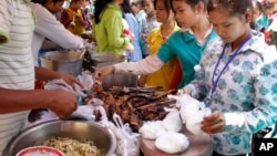Cambodian Garment workers buy some cheap food for their lunch in front of the factory in downtown of Phnom Penh, file photo.