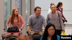 북한에서 추방된 영국 BBC 소속 루퍼트 윙필드-헤이스 기자(가운데)와 취재진이 지난 9일 중국 베이징 국제공항에 도착했다.