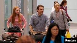 북한에서 추방된 영국 BBC 소속 루퍼트 윙필드-헤이스 기자(가운데)와 취재진이 지난 9일 베이징 국제공항에 도착했다. (자료사진)