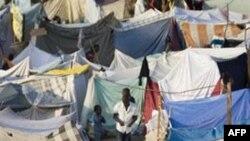 Khu lều tạm trú của các nạn nhân động đất trong sân gôn của thủ đô Port-au-Prince