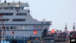 Sebuah kapal mengangkut para pekerja China dari pelabuhan Vung Ang, provinsi Ha Tinh, Vietnam untuk menghindari kekerasan anti-China di sana (19/5).
