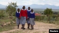 Des jeunes filles kényanes marchent pour aller à l'école à Imbirikani, Kenya, le 21 avril 2016.