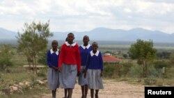 Wanafunzi wasichana wakitembea kwenda shule huko Imbirikani, Kenya. April 2016.