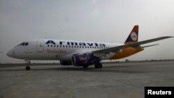 Salah satu pesawat penumpang buatan Rusia, Sukhoi Superjet 100 di bandara Yerevan, Armenia (foto: dok). Rusia mengatakan akan memproduksi MC-21, jet penumpang jarak menengah bermesin ganda.