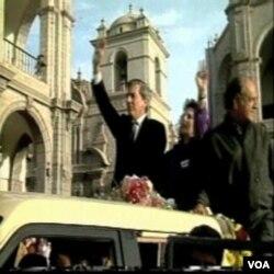 Mario Vargas Llosa tokom kampanje za predsjeednika Perua 1990. godine