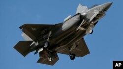 F-35 здійснює навчальний переліт над військовою базою в Аризоні