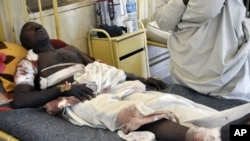 卡诺炸弹袭击的幸存者躺在医院里