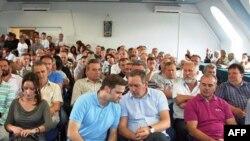 Ministar za Kosovo i Metohiju Goran Bogdanović i šef pregovaračkog tima Beograda Borislav Stefanović razgovaraju pred početak sastanka sa odbornicima četiri opštine na severu Kosova.