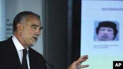 ທ່ານ Luis Moreno-Ocampo ໄອຍະການສານອາຍານາໆຊາດ ກ່າວຕໍ່ກອງປະຊຸມນັກຂ່າວທີ່ສານອາຍາ ນາໆຊາດທີ່ກຸງ Hague ປະເທດ Netherlands, ວັນທີ 28 ມິຖຸນາ 2011.