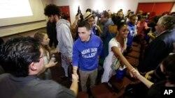 Un grupo de estudiantes cubanos llega a Miami para participar de un intercambio cultural y educativo.