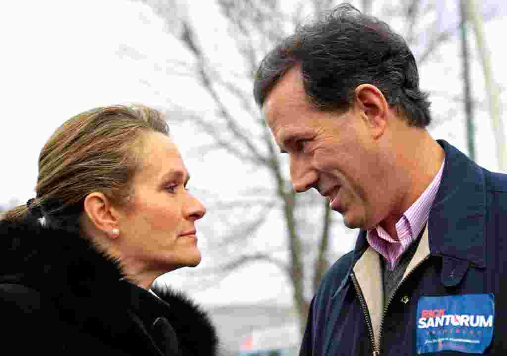 Seorang bakal calon, Rick Santorum (kanan), dengan istrinya, Karen, sebelum menghadiri rapat akbar di Nashua, New Hampshire, 9 Januari (Reuters).