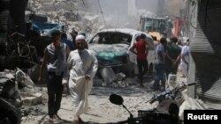 Warga sipil memeriksa lokasi serangan bom barrel yang dijatuhkan di kota Aleppo, Suriah Juli lalu (foto: dok).