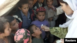 پولیو مہم میں بچوں کو ویکسین دی جارہی ہے
