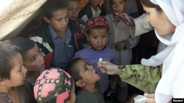 Anak-anak Afghanistan menerima vaksin polio dari seorang perawat di kamp pengungsi dekat kota Peshawar, Pakistan (foto: dok). Amnesty International mendesak perlindungan terhadap orang tua dan anak-anak di kamp-kamp pengungsi pada musim dingin.