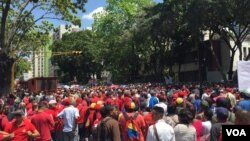 Cientos de partidarios del presidente de Venezuela, Nicolás Maduro y empleados públicos marcharon en Caracas para manifestar su respaldo al mandatario tras un intento de atentado con drones. Agosto 6 de 2018. Foto: Álvaro Algarra, VOA.