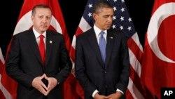 ປະທານາທິບໍດີບາຣັກ ໂອບາມາ ຢືນຮຽງຂ້າງກັບທ່ານ Recep Tayyip Erdogan (ຊ້າຍ), ນາຍົກລັດຖະມົນຕີເທີກີ ໃນກອງປະຊຸມສອງຝ່າຍ ທີ່ກຸງໂຊລຂອງເກົາຫລີໃຕ້ ໃນ ເດືອນມີນາ 2012