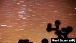 Un météore au-dessus du parc national Joshua Tree dans le désert du Mojave en Californie, dans la nuit du 17 novembre 1998. C'est l'un des endroits les mieux situés de la planète pour admirer la pluie de météorites des Perséides.