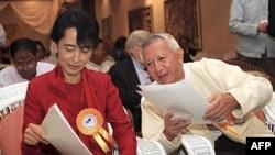 Lãnh tụ dân chủ Miến Ðiện Aung San Suu Kyi và Cố vấn kinh tế U Myint tại một hội nghị phát triển ở Rangoon, ngày 7 tháng 11, 2011.
