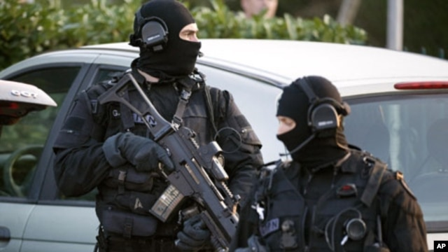 Policemen (GIPN) take part in a search in Coueron, western France as part of dawn raids in several French cities, March 30, 2012.