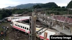L'épave du train qui s'est renversé dans le comté de Yilan, à Taiwan, le 21 octobre 2018.