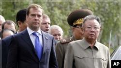 俄羅斯總統梅德韋杰夫(左)同北韓領導人金正日(右)星期三舉行高峰會晤,俄羅斯媒體和學者對北韓領導人金正日做出重返六方會談和凍結核試驗承諾不抱樂觀。