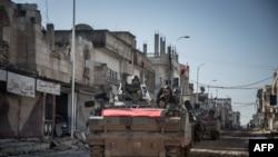 Kendaraan militer Turki di sebuah jalanan di kota Kobani, Suriah, 22 Februari 2015, dalam sebuah operasi untuk memindahkan makam Suleyman Shah di Suriah utara.