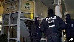 Поліцейські охороняють культурний центр у Берліні після арету двох підозрілих осіб