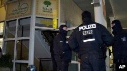 پولیس برلن میں اسلامک کلچرل سینٹر کے باہر پہرہ دے رہی ہے۔
