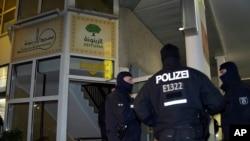 德國警方守衛著被襲擊的伊斯蘭文化中心