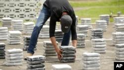 Além de carros, viatura e dinheiro, foram apreendidos 516 quilos de cocaína