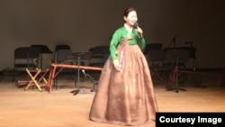 24일 한국 국립국악원 우면당에서 열린 북한과 한국의 민요를 비교해 보는 음악회가 열린 가운데, 국립국악원 민속악단의 조경희 씨가 노래하고 있다.