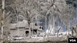 Sebuah rumah di Argomulyo, Yogyakarta yang diselimuti abu Gunung Merapi (foto dok. 6 November 2010). Hingga sekarang masih banyak daerah yang belum layak huni, sehingga masih banyak warga yang mengungsi.