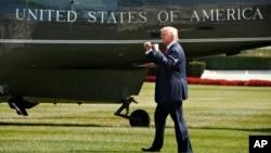 美国总统川普在白宫南草坪上向来访者示意(资料照片)