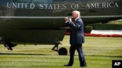 Presiden Donald Trump berjalan menaiki helikopter kepresidenan Marine One di halaman Gedung Putih, Washington, 4 Agustus 2017.