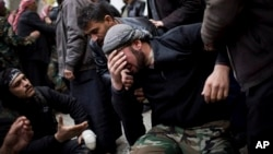 Borac pobunjeničke Slobodne sirijske armije plače na sahrani saborca poginulog u sukobu sa vladinim snagama
