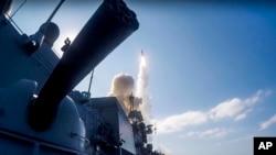 En esta imagen proporcionada por el Ministerio de Defensa ruso un misil de largo alcance Kalibr es lanzado hacia posiciones de ISIS en Siria desde un barco en el Mediterráneo.