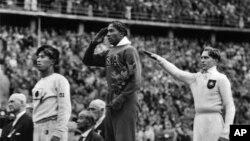 Jesse Owens (tengah) meraih medali emas Olimpiade Musim Panas di Berlin tahun 1936, mengalahkan pelari Jerman Lutz Long (kanan) dan Naaoto Tajima (kiri), 11 Agustus 1936 (Foto: dok).