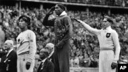 Jesse Owens, au centre, pour sa médaille d'or reçue à Berlin, le 11 août 1936.