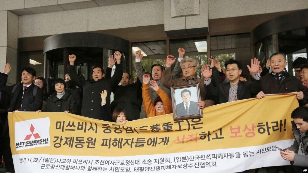 Các cựu lao động Hàn Quốc và gia đình họ vui mừng trước phán quyết của Tòa án Tối cao nước này buộc các công ty Nhật phải bồi thường cho họ vì cưỡng bức lao động.