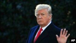 Le président Donald Trump salue la foule à Washington, le 24 octobre 2018.