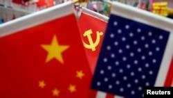 资料照:浙江省一个商场里展示的美国国旗、中国国旗和中共党旗。