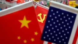 资料照:浙江省一个商场里展示的美国国旗、中国国旗和中共党旗