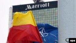 Bendera NATO dan kota Warsawa, Polandia berkibar di depan Hotel Marriot dimana KTT NATO akan diselenggarakan.